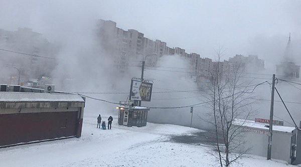Фонтан из пара взбудоражил жителей Выборгского района