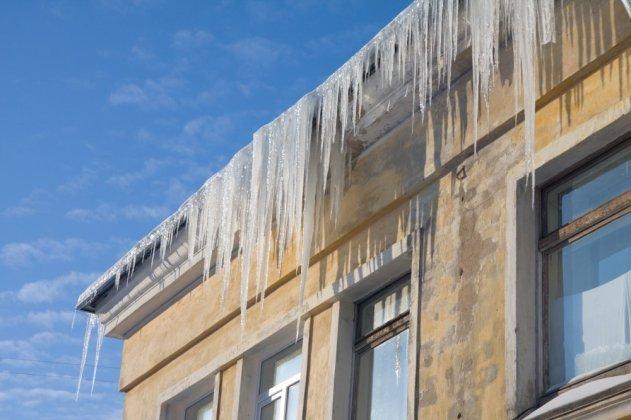 Петербуржцев предупреждают о сосульках на крышах